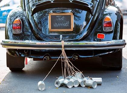 Auto clásico con una pareja recién casada, Celebration Rewards, Programa de Lealtad, Mesa de Regalos, Liverpool