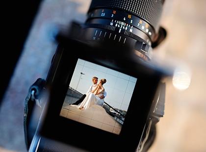 Shooting con cámara profesional de pareja recién casada, Celebration Rewards, Programa de Lealtad, Mesa de Regalos, Liverpool